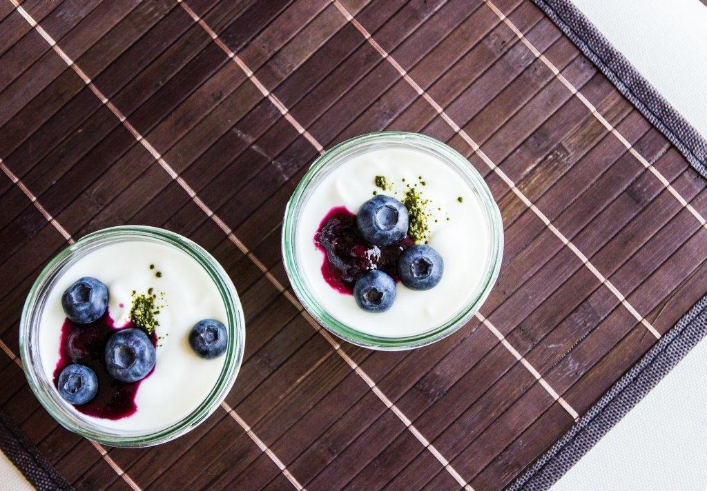 Blaubeer-Joghurt mit Matcha-Tee Rezept